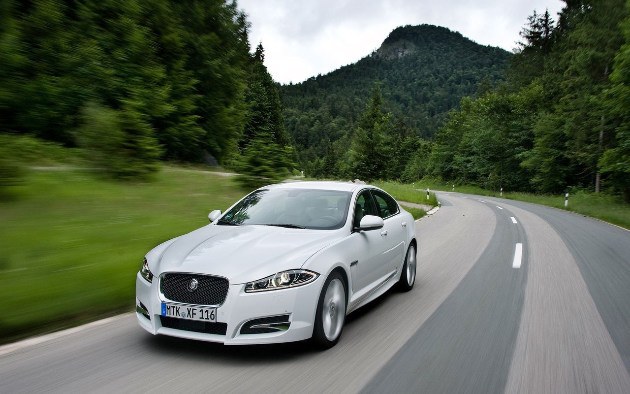 Glossy-Jaguar-XF-on-road